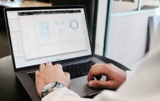 Analiza danych na laptopie